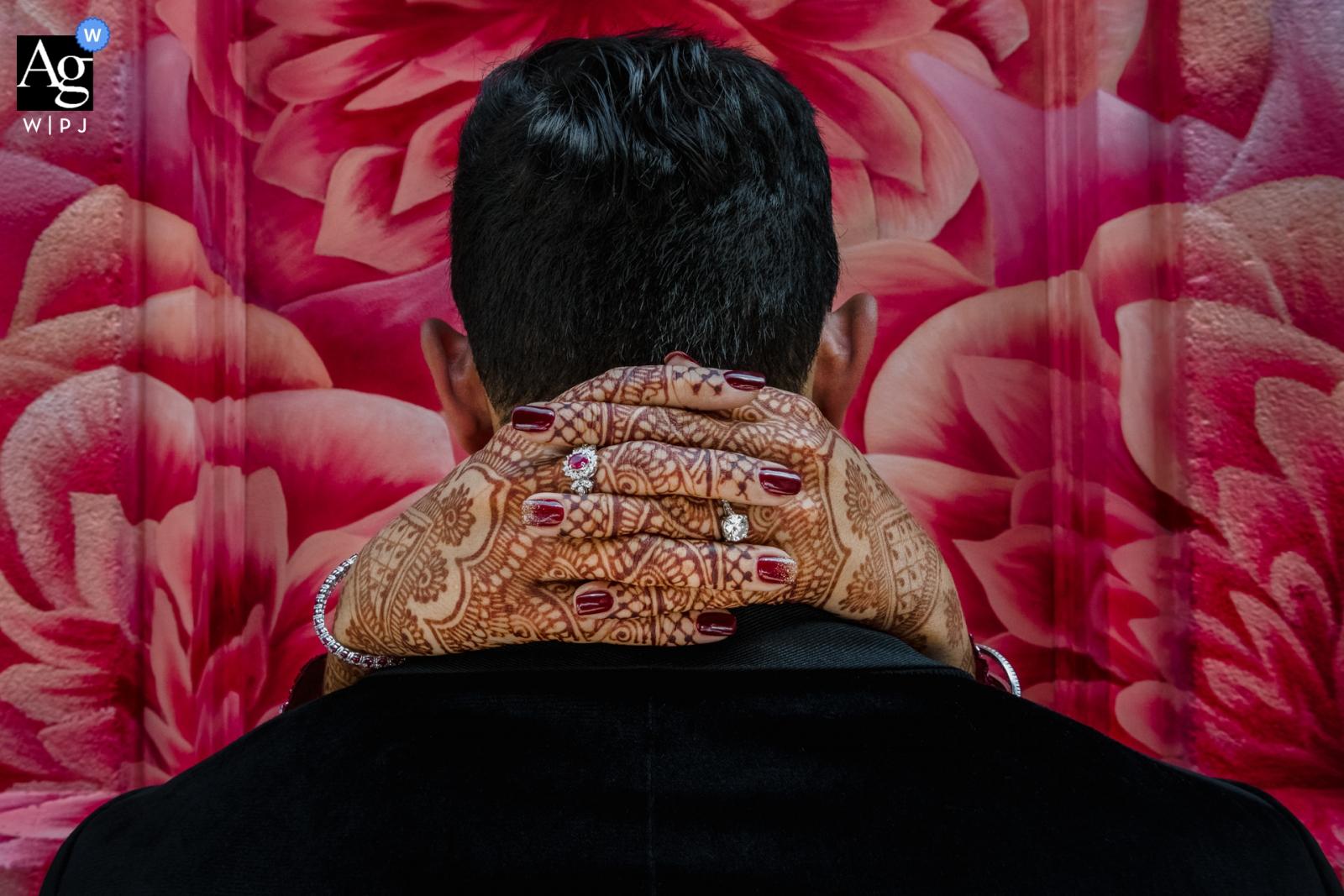 Four Seasons Atanta Hochzeitsfotograf: Ring Shot mit Henna-Detail der Braut