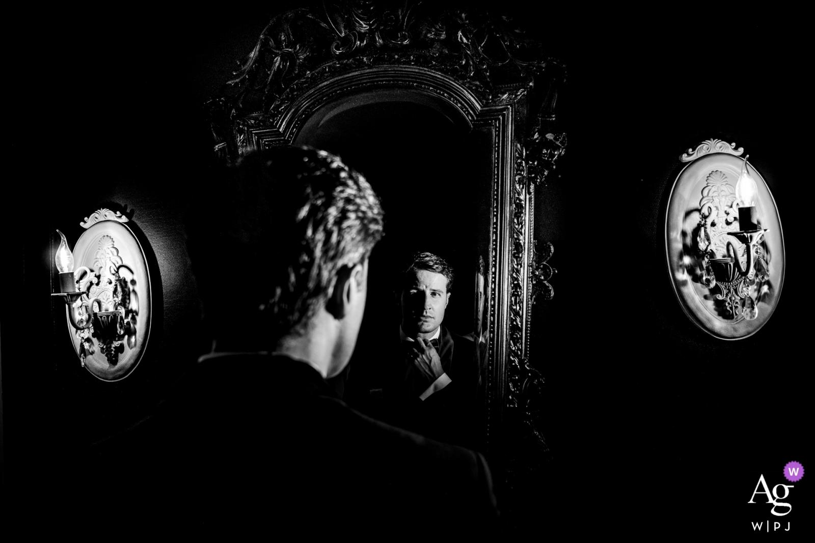 Bräutigamporträt Deutschlands Würzburg - Hochzeitstagphotographie in Schwarzweiss mit einem Spiegel