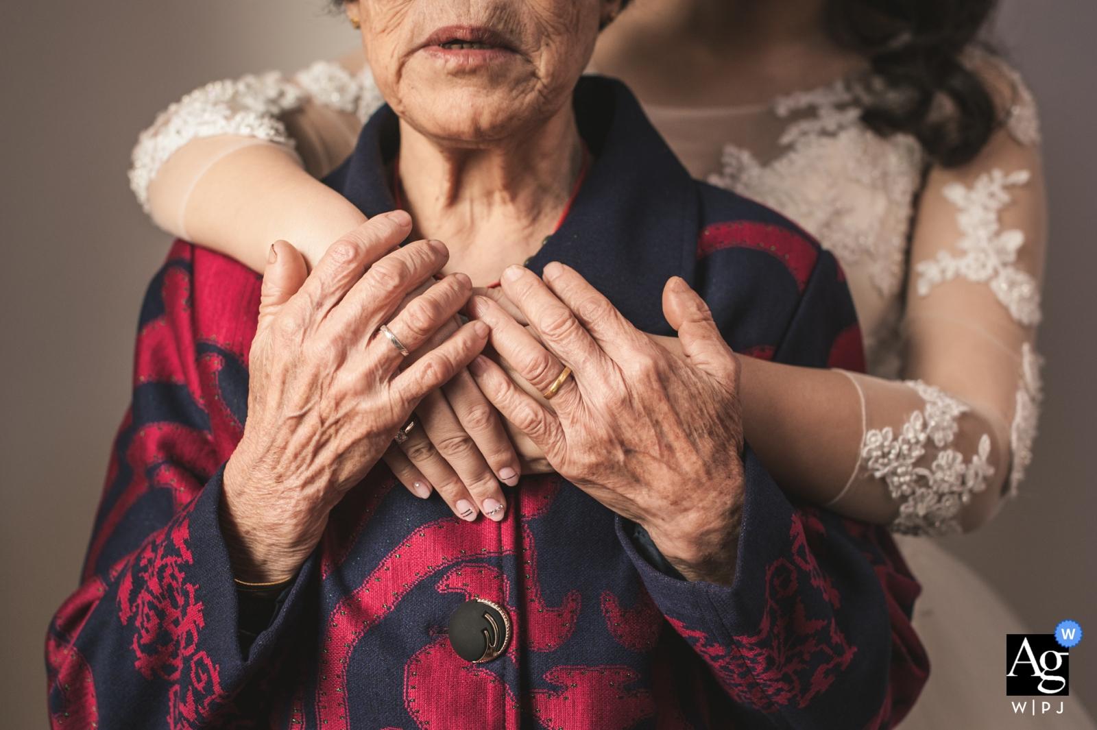 Fotógrafo de bodas en China: imágenes detalladas - Las manos de la abuela de la novia