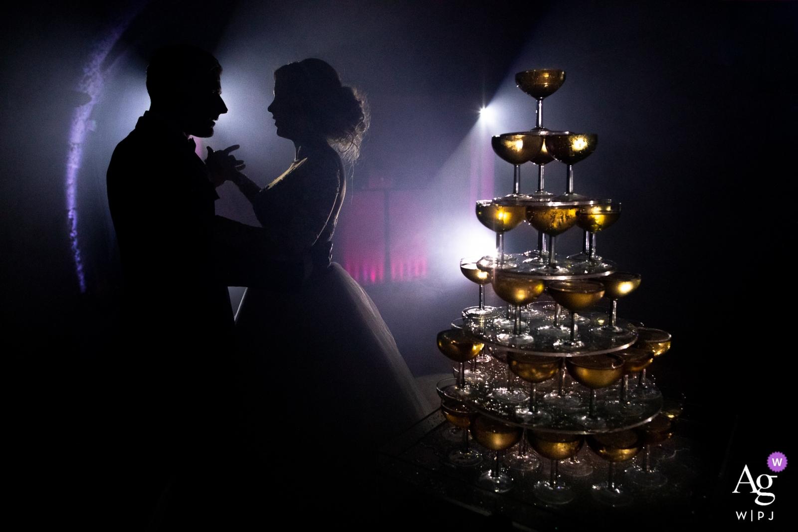 Photographie de mariage en Provence: Un couple et une tour de champagne