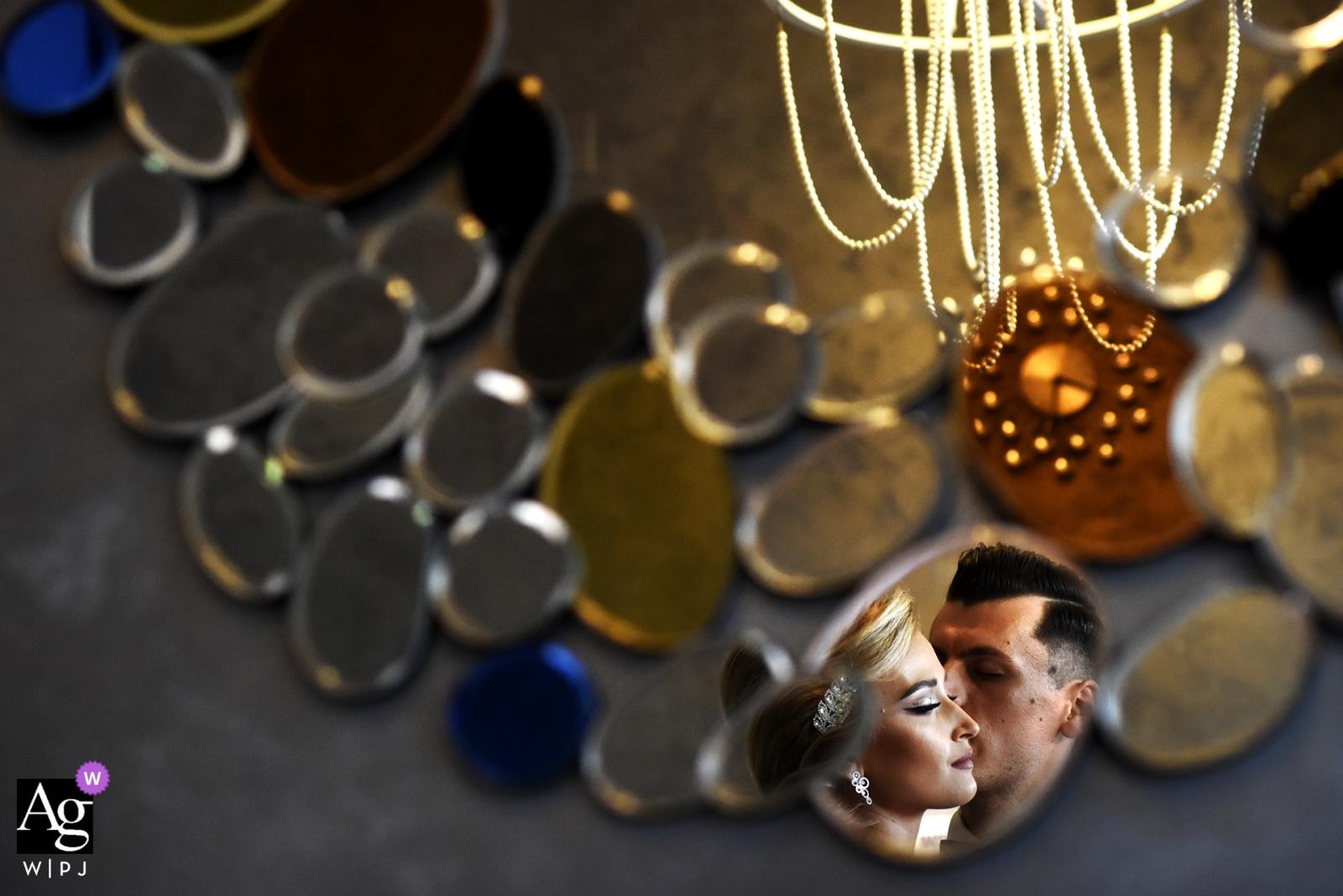 Bucarest, Roumanie, portrait mariage, de, mariés, à, petit miroir