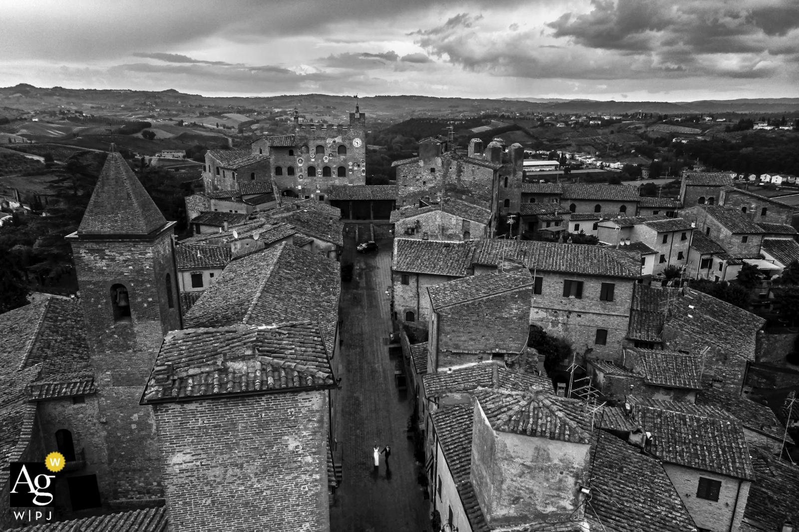 Certaldo, Toskania panna młoda i pan młody portret we wsi z dużym kątem
