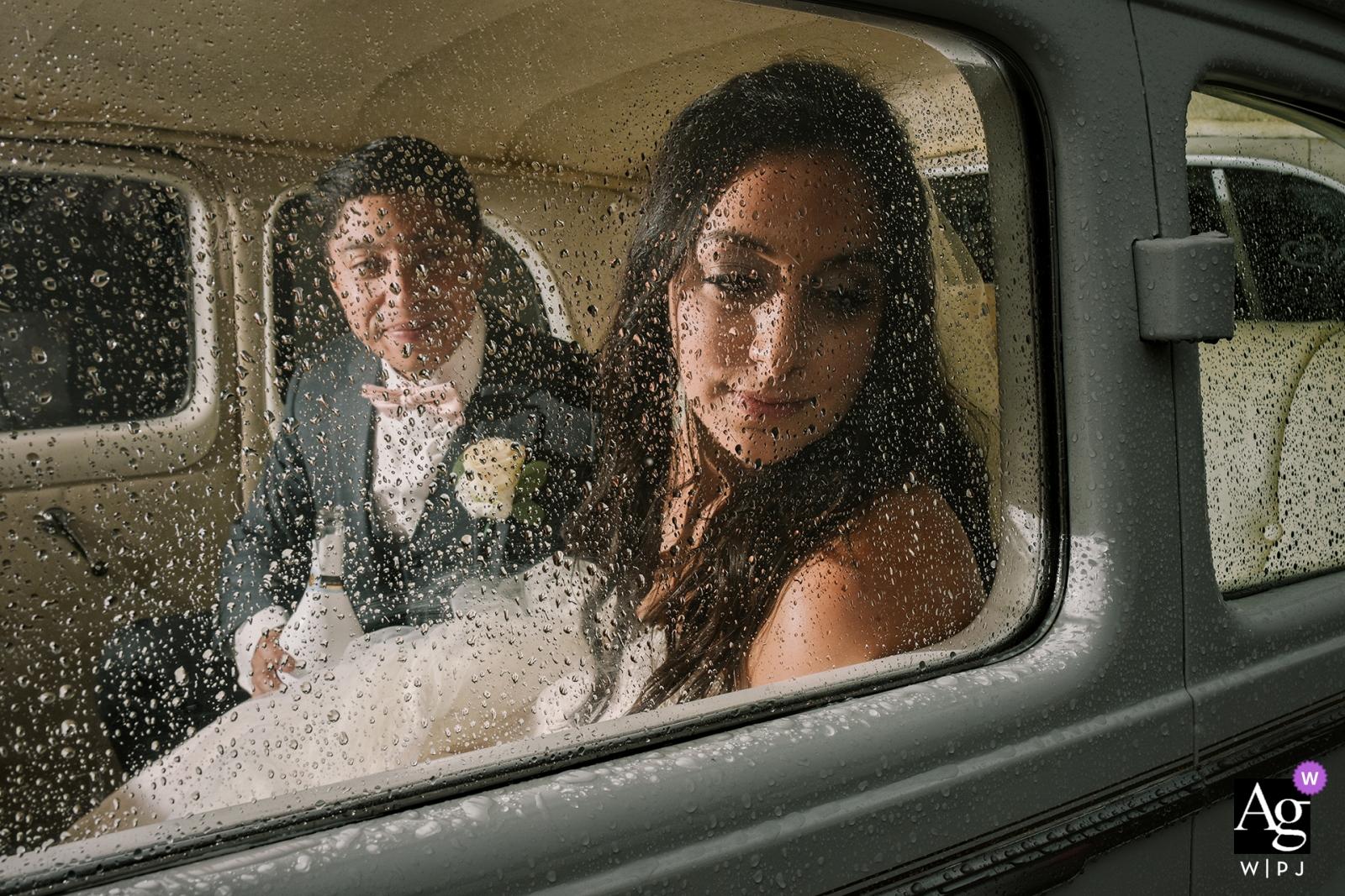 Notre-Dame de Guadalupe, Montreal Hochzeitsfotos - Braut und Bräutigam in ihrer Limousine direkt nach der Zeremonie, während es draußen regnet