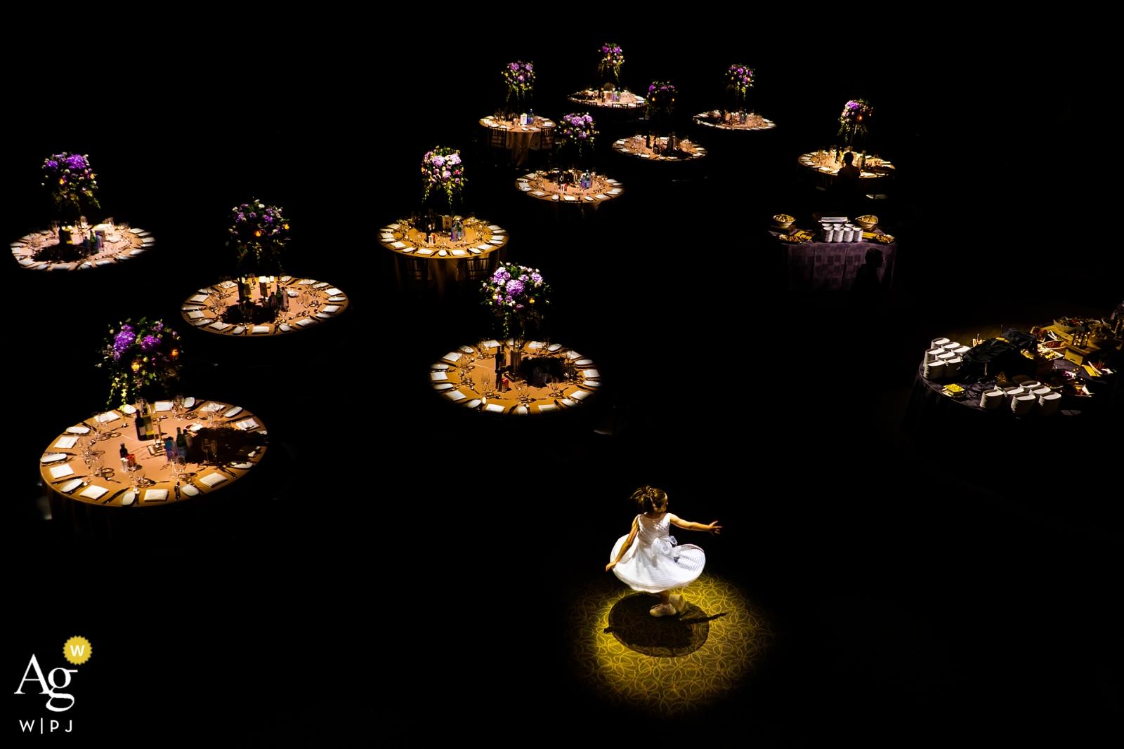 PARADISE BANQUET HALL, ON - DAS BLUMENMÄDCHEN tanzte in der Mitte der Tische