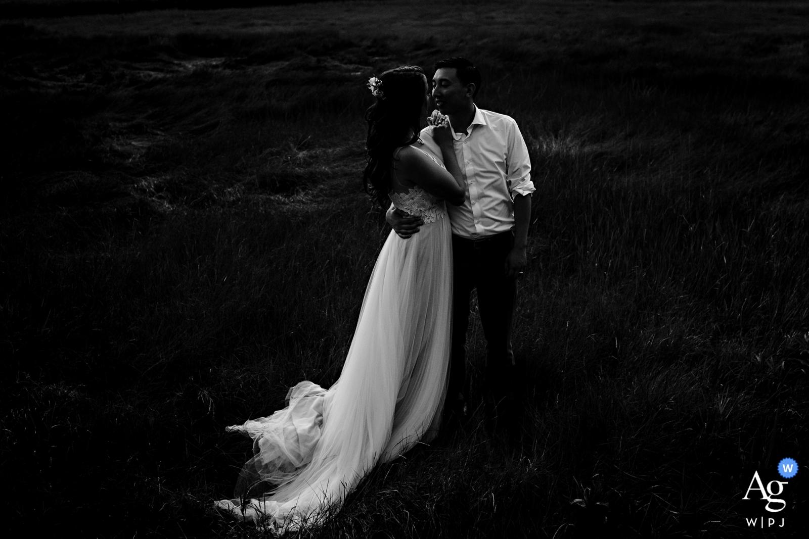 Dockside Guest Quarters in York Maine Hochzeitsfotografie - Die Braut und der Bräutigam im hohen Seegras bei Ebbe am Abend ihrer Hochzeit da