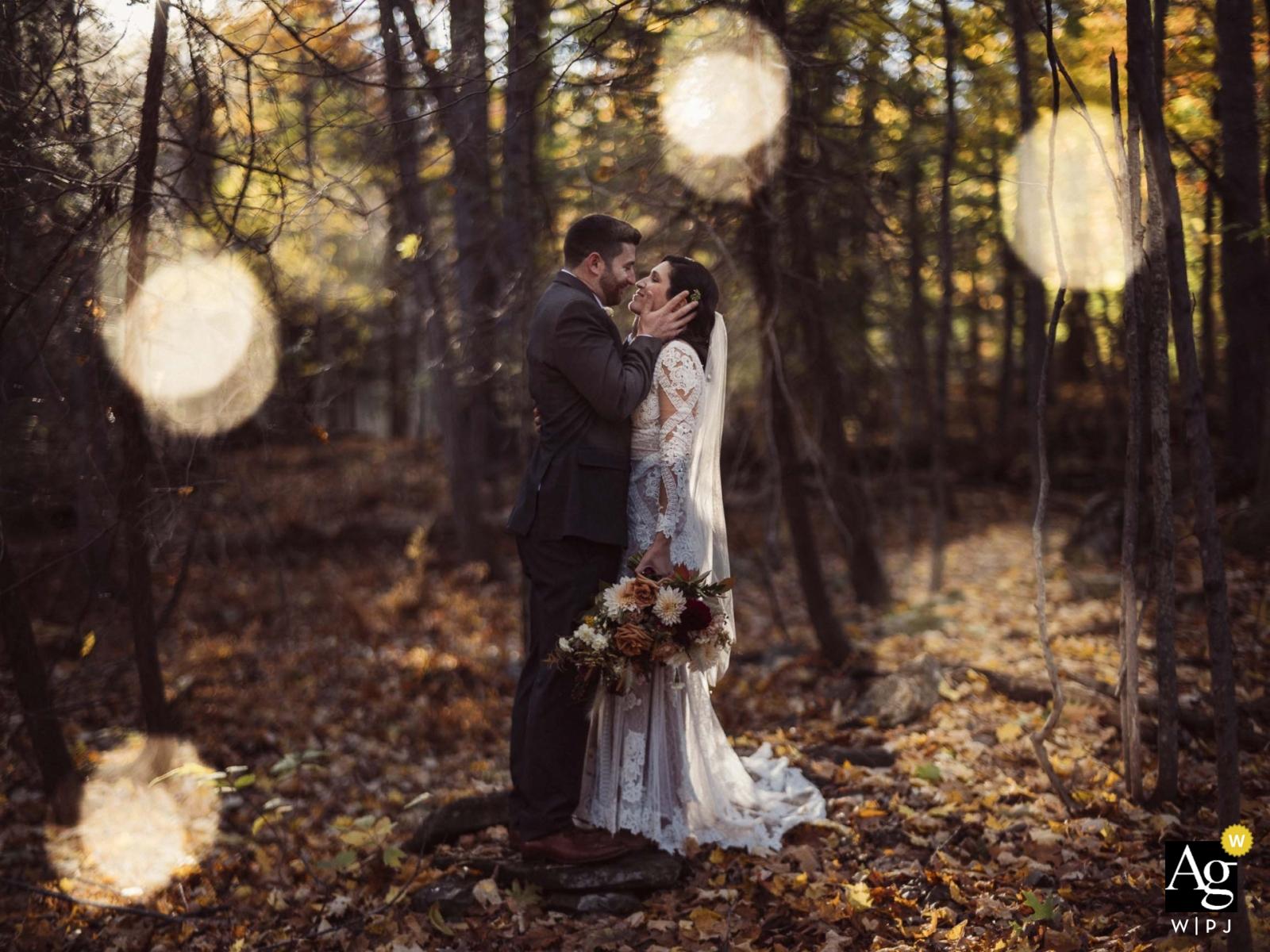 La grange à Silver Oaks, Winthrop, ME | Autumn in Maine, portraits au coucher du soleil avec les jeunes mariés dans les arbres