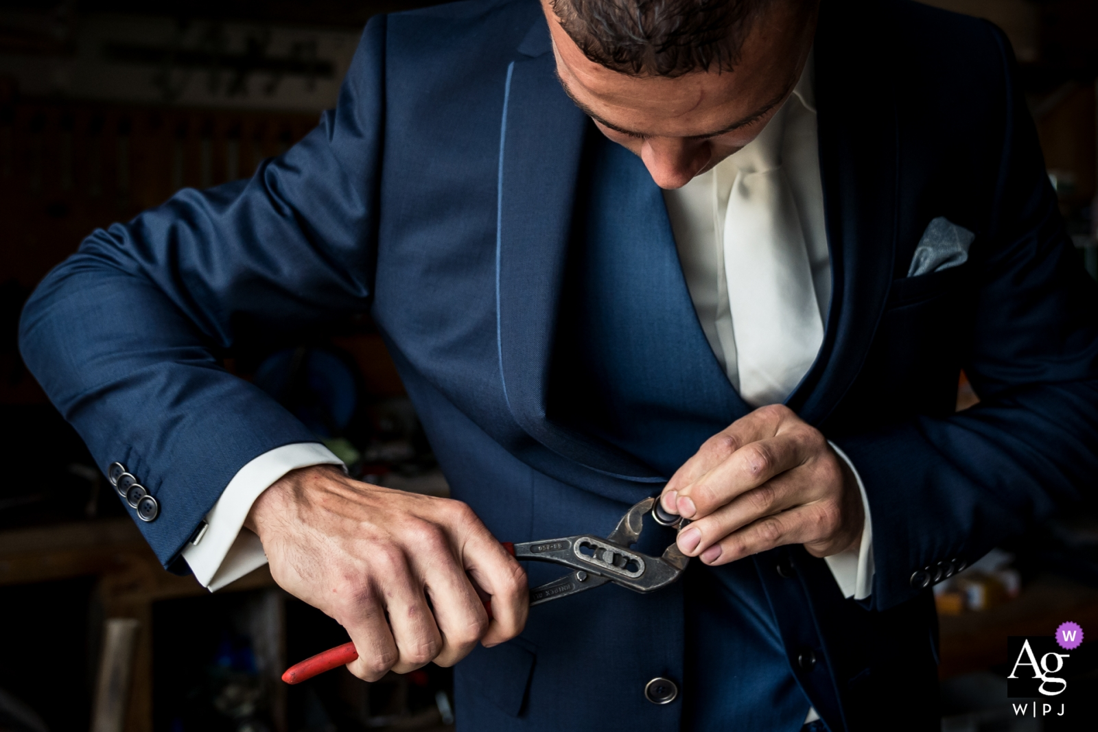 At the home of the parents of the bride, in Galder. Groom is repairing the button of his jacket.