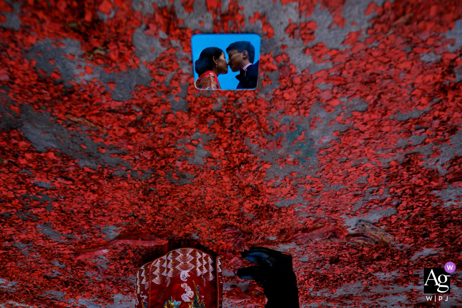 Wedding Day Portrait of the bride and groom using a small mirror on the ground | Fujian, China creative photo