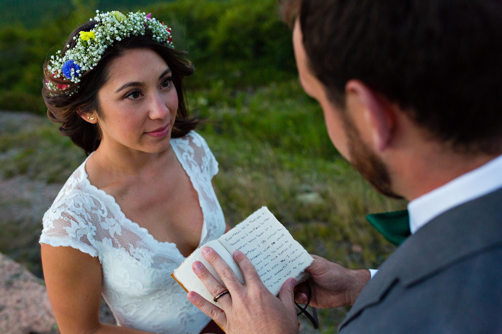 Kate Crabtree van Maine fotografeerde deze buiten bruiloft gelofte uitwisseling tussen de bruid en bruidegom