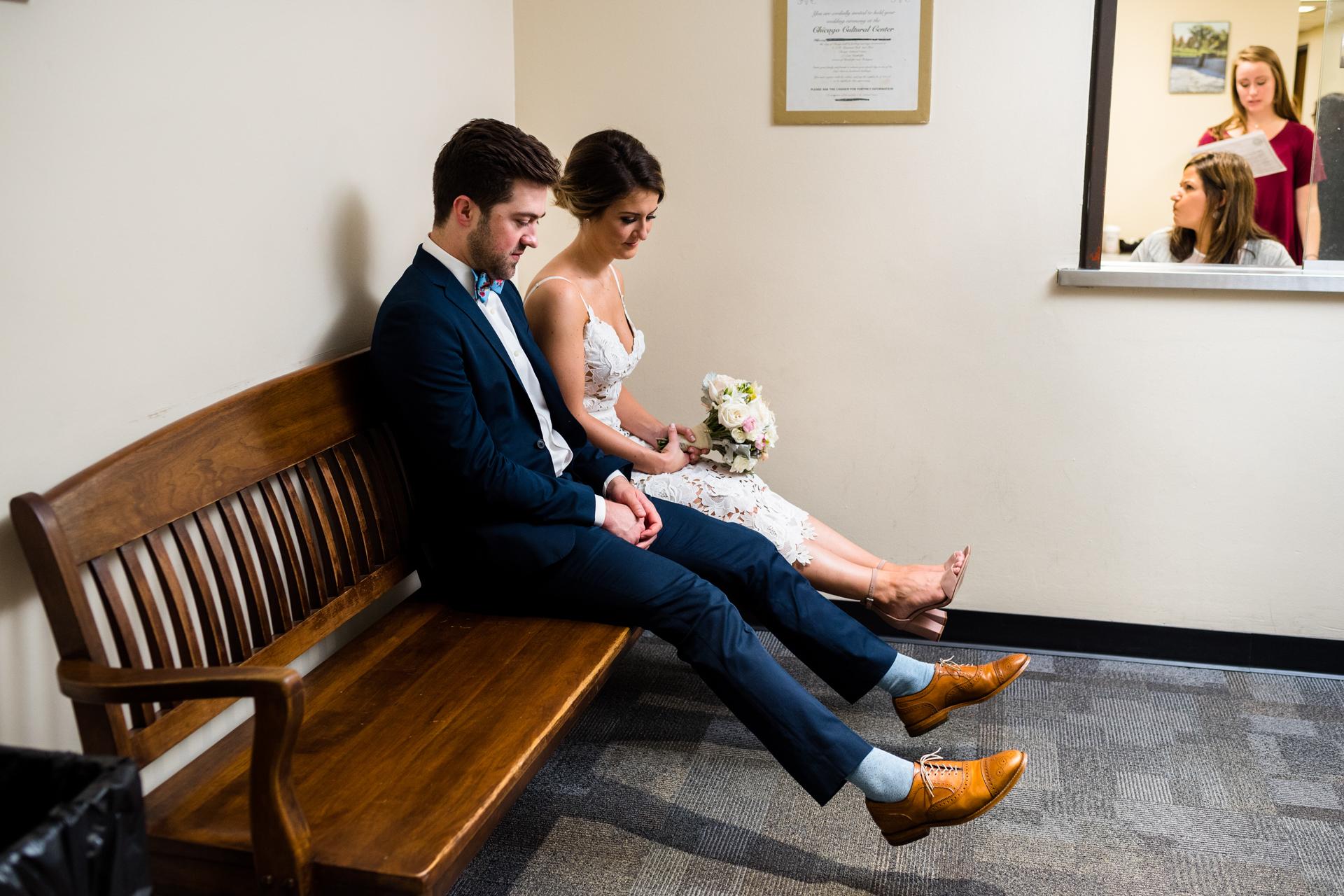 Candice C. Cusic de Illinois fotografió a esta novia y el novio disfrutan de un momento de tranquilidad después de su boda civil