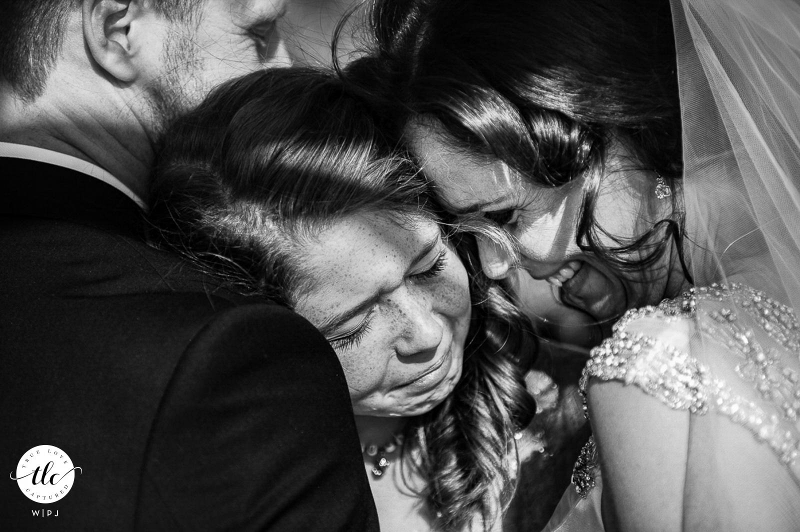 Imagen de boda de la hija de la pareja abrazándolos después de que finalmente se casaron en el Hotel Twelve Apostles, Ciudad del Cabo, Western Cape, Sudáfrica
