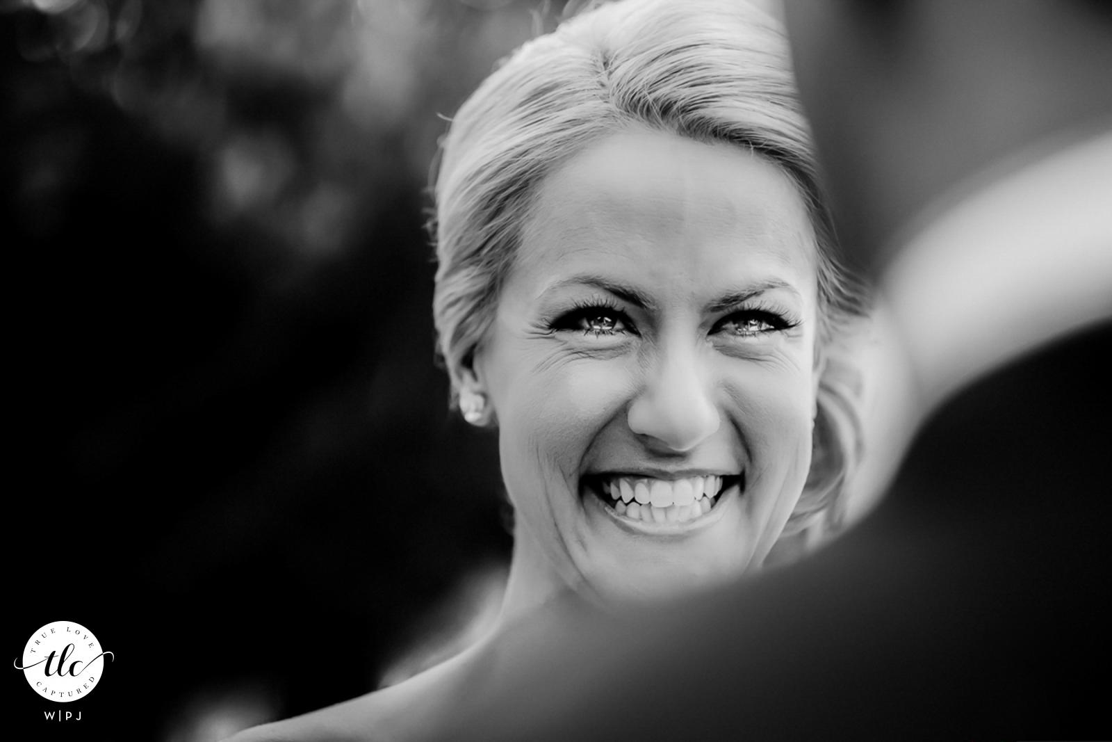 Hotel Twelve Apostles, Ciudad del Cabo, Cabo Occidental, Sudáfrica Imagen de la boda de la novia sonriendo entre lágrimas mientras pronuncia sus votos durante la ceremonia de boda al aire libre