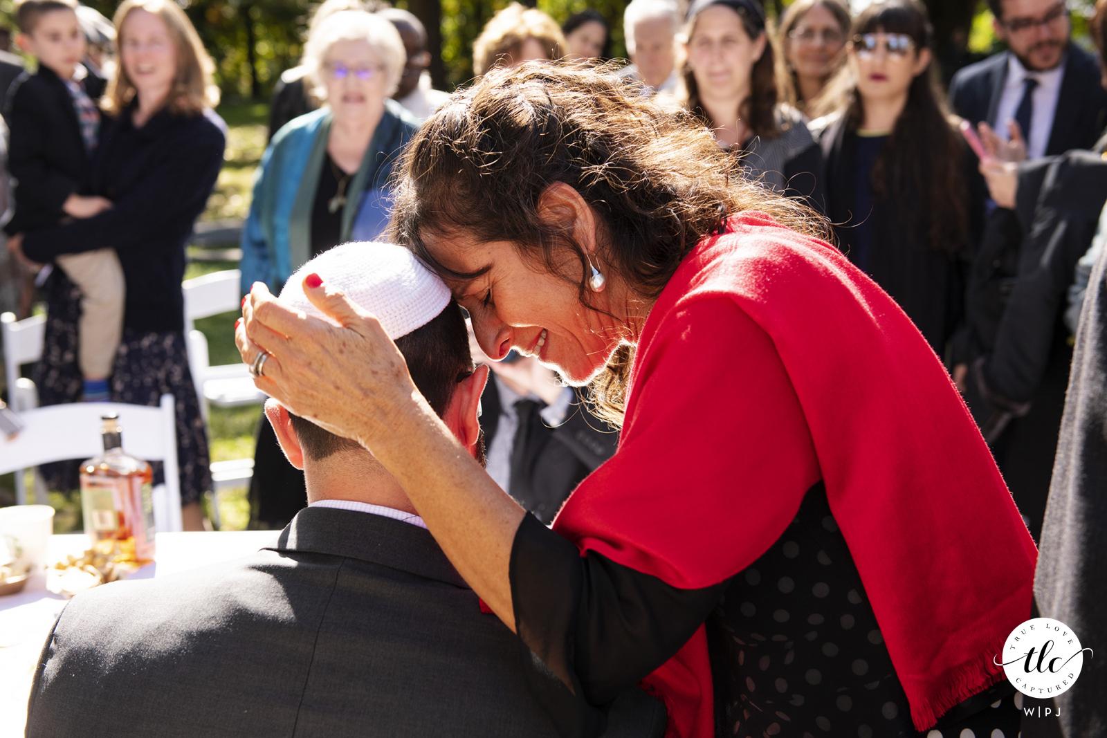 Pierce Farm en Witch Hill, Topsfield, Massachusetts imagen de boda de una madre dando al novio una bendición antes de la ceremonia
