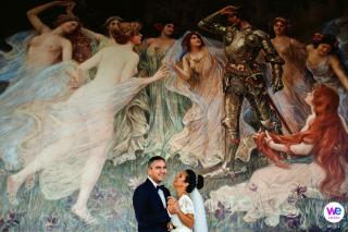 Photographe de Belgrade Elopement | Peintures murales du hall de l'hôtel Moskva pour une séance photo après les préparatifs