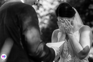 Hôtel Doce Lunas, Jaco, Costa Rica Photographe Elopement | La mariée se déchire pendant la cérémonie à l'hôtel Doce Lunas à Jaco