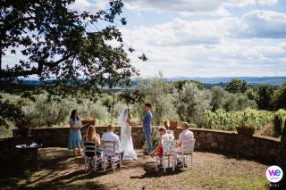 Fattoria di Corsignano, Sienne, Toscane, Italie Elopement Photo | La vue de la cérémonie à laquelle seuls les membres de la famille proche du conjoint étaient présents à cause du COVID