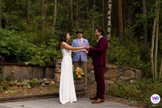 Black Hawk Backyard Elopement Fotos | Das Paar ist ausgesprochen Ehemann und Ehefrau