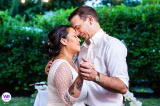 Hochzeiten und Elopements Fotos für NJ | Braut und Bräutigam genießen einen ruhigen Moment beim Tanzen während ihres Hochzeitsempfangs im Hinterhof
