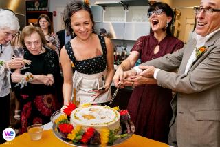 Hochzeitsfotograf von Decatur, GA | Freunde und Familie jubeln dem Paar zu, als sie ihren Kuchen schneiden