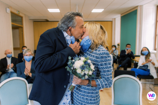 Photographie de mariage Chamonix - Image de mariage français | La mariée et le marié abaissent leurs masques et partagent un baiser