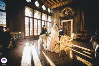 Wenecki fotograf ślubny w luksusowym obiekcie Ca Sagredo | Państwo młodzi składają śluby w eleganckim, nasłonecznionym pokoju
