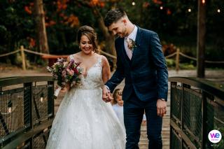 Hackness Grange Wedding Gallery of Pictures | Het gelukkige paar loopt terug over de brug