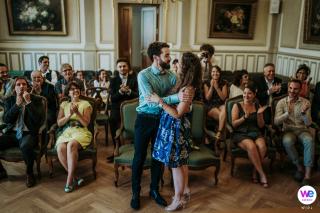 Photographes professionnels à Lyon pour les mariages | À la fin de la cérémonie, les mariés s'embrassent