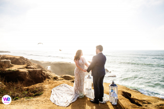 Sunset Cliffs of San Diego - Galerie de mariage Portfolio Photos | Les mariés s'engagent l'un envers l'autre dans une fugue intime à destination