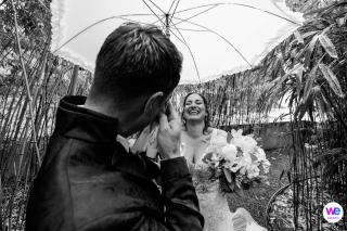 Photographie de mariage de Suisse, au château de Rapperswil | La mariée porte une robe scintillante et porte un élégant parasol