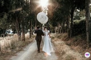 Image de mariage à destination des mariés faisant une promenade paisible ensemble après leur cérémonie