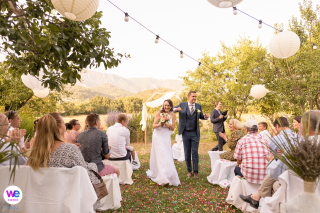 Cérémonie de mariage en plein air Image de la mariée alors qu'elle marche dans l'allée