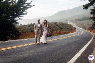 Photographie de mariage des mariés marchant jusqu'à la cérémonie