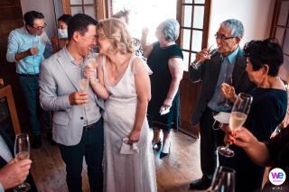 Photographie de petits mariages | Après la cérémonie, un grand toast aux mariés avec boissons
