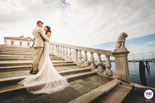 Le photographe de mariage a créé un portrait de couple serein immédiatement après la cérémonie