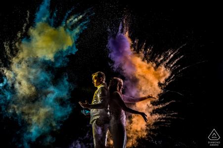 Séance de création de portrait à Boulder, Colorado. Photographie de fiançailles de nuit avec lumières et couleurs.
