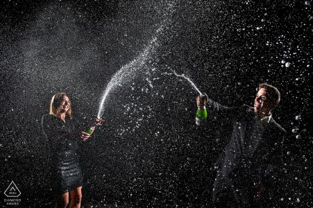 Colorado Engagement Foto eines Paares, das Champagner in die Nachtluft sprüht.