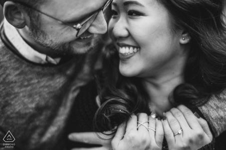 Fotografia di fidanzamento Derbyshire in bianco e nero. Ritratto di una coppia abbracciò da vicino.