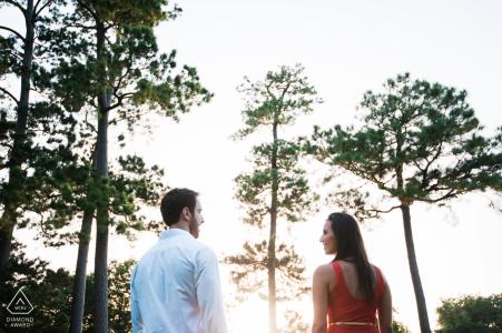 London Engagement Photographer. Presentación simétrica para un retrato bajo la luz del sol de la tarde para esta pareja junto a los árboles.