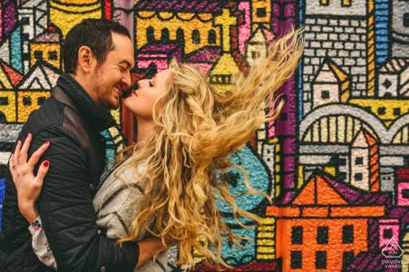 Fond coloré à South Bank, un couple pose pour un portrait de prélage   Photographe de mariage britannique