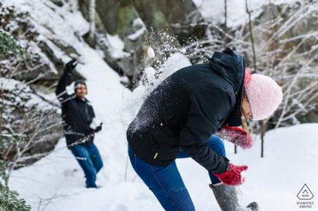 Quebec-Bilder im Schnee eines Paares, das von einem erstklassigen Verlobungsfotografen aus Montreal spielt