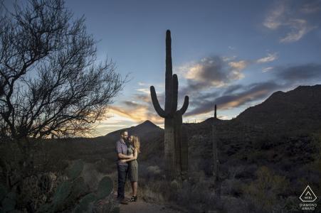 Foto de compromiso de Phoenix Arizona en el desierto al atardecer con enormes cactus