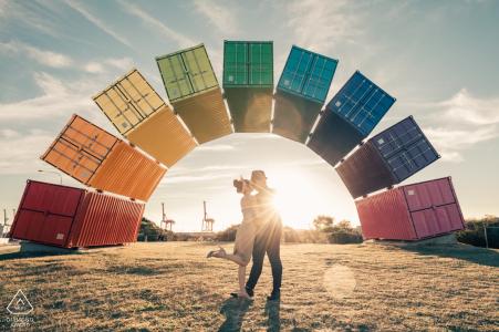 Contenedor de envío de arco iris de Singapur en una pareja comprometida sesión de retratos