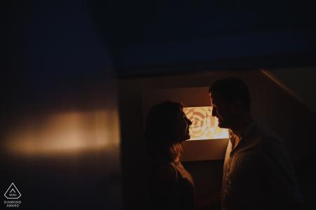 Photographe d'engagement de Norfolk. Profil de couple intérieur silhouette portraits dans une lumière chaude.