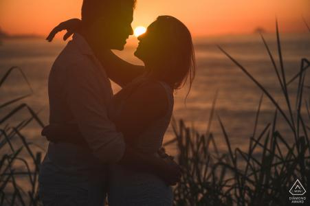 Photographie de fiançailles au coucher du soleil à Rio de Janeiro   Portrait de plage pour jeune couple