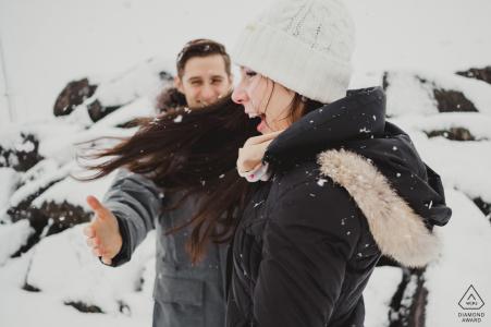 Sesión fotográfica de compromiso de invierno del Distrito de Columbia | DC retratos de parejas en la nieve