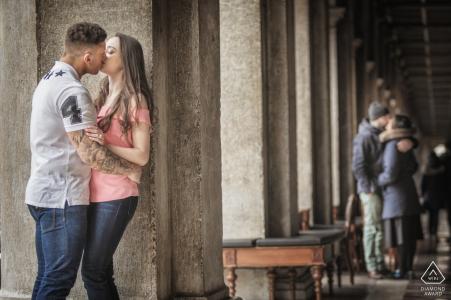 Photographe de fiançailles Veneto   Couple qui s'embrasse au café en plein air