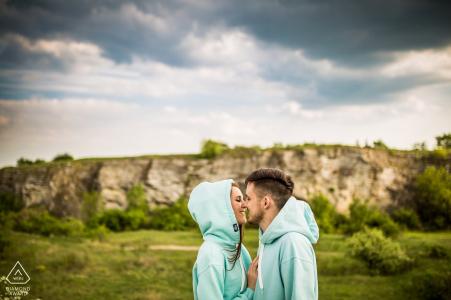 Esta pareja de la República Checa posa para el retrato de compromiso en sudaderas con capucha de color verde azulado