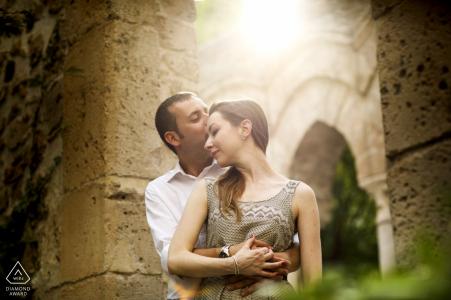 Ruines de l'église de pierre de Sicile | séance de photographie de fiançailles avec une photo de couple directement au soleil