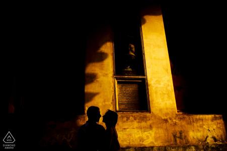 De pre-huwelijksportretzitting van Sicilië met een middagsilhouet tegen het gebouw