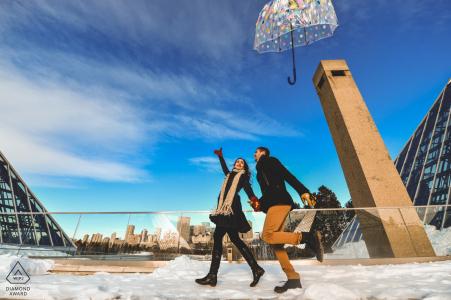 Ce couple de l'Alberta perd son parapluie lors d'une séance d'engagement de portraits d'hiver au Canada